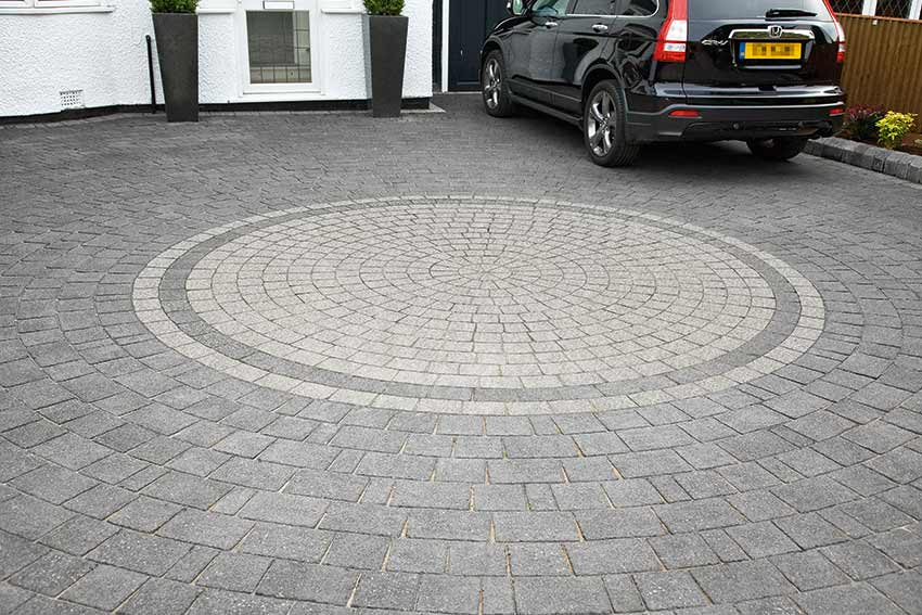 driveways with circle in the middle